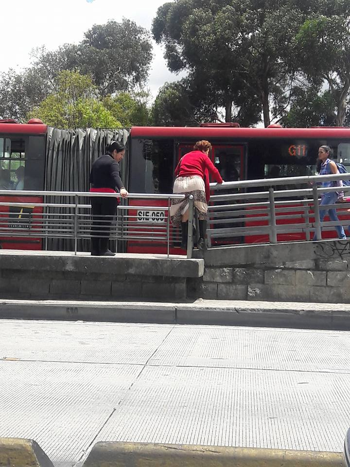 Mujer saltando baranda en estación de Transmilenio