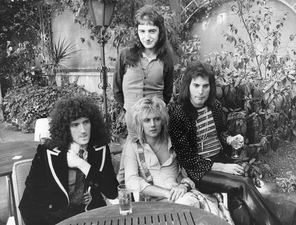 Brian May, John Deacon (de pie), Roger Taylor y Freddie Mercury