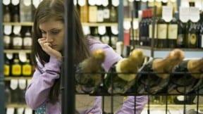 Mujer compra en tienda de licores.