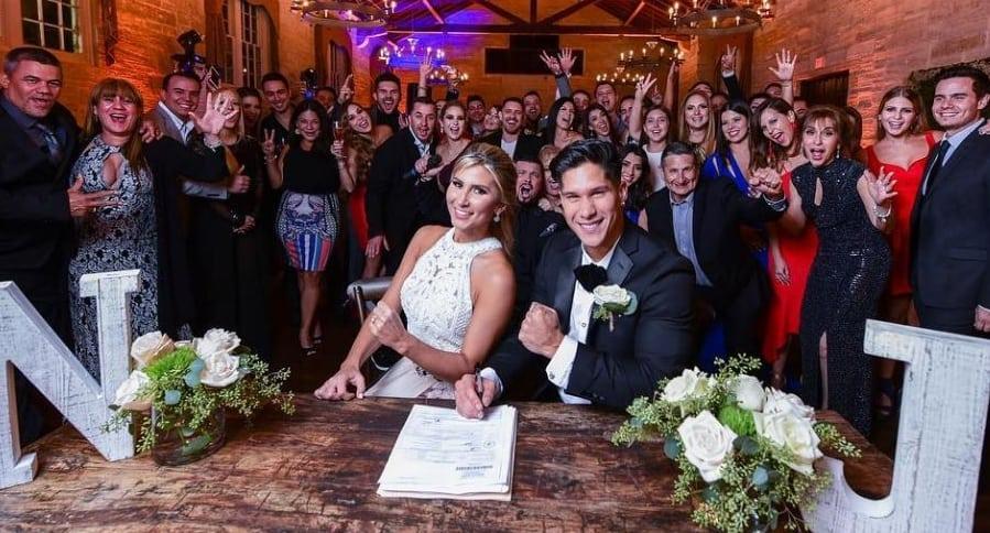 El cantante Chyno Miranda y su esposa Natasha, el día de su boda.