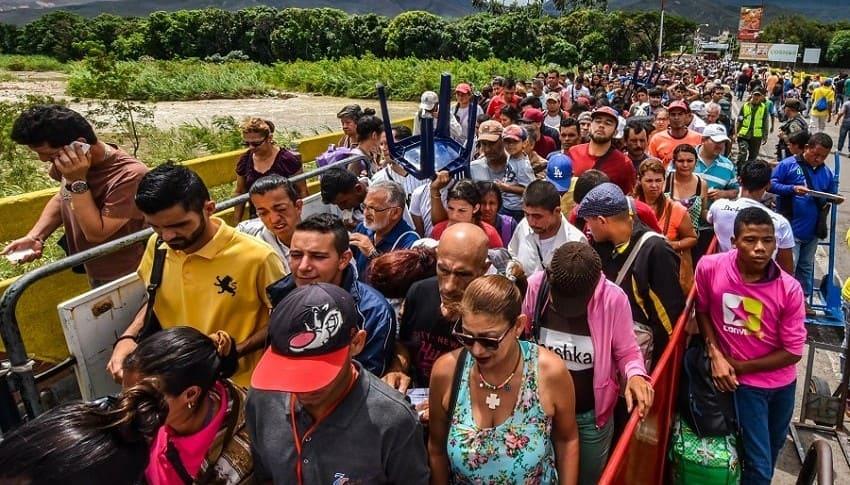 Venezolanos cruzan la frontera hacia Colombia