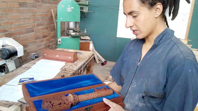 Uno de los jóvenes que esculpió la llave para el papa Francisco. Pulzo.