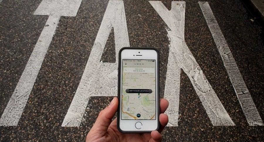 Pelea taxistas y conductores de Uber