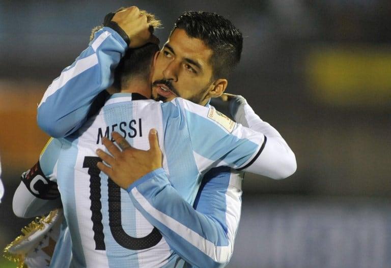 Suárez abraza a Messi. Pulzo.
