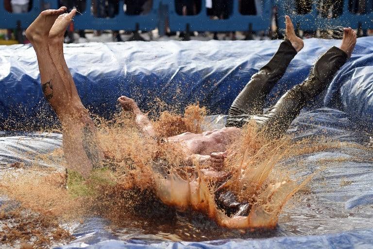 Lucha en piscina de salsa. Pulzo.