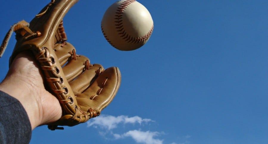 Hombre atrapando una pelota de béisbol. Pulzo.
