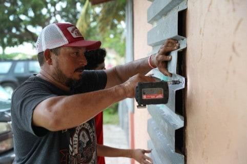 Hombre protege su casa del huracán Irma