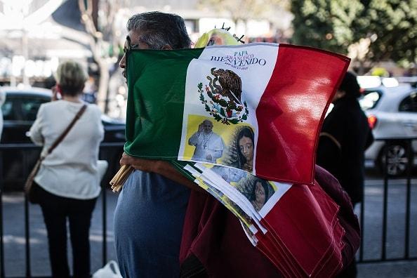 Banderas mexicanas con la imagen del papa Francisco