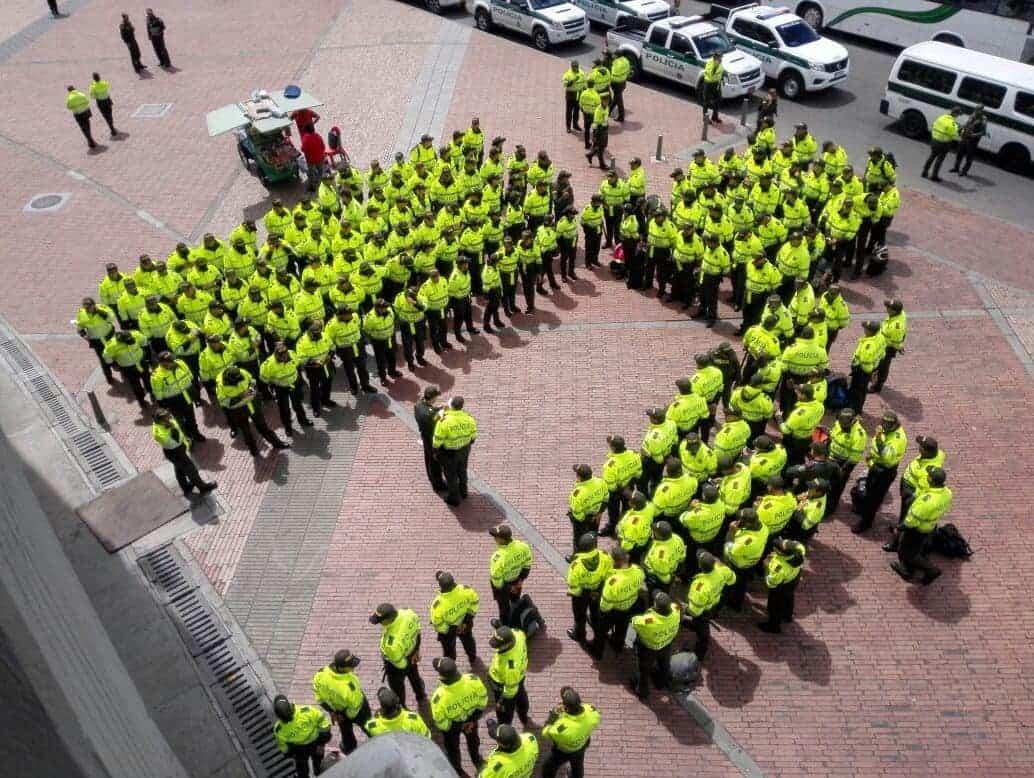 Hombres y mujeres de la policía de Cundinamarca se alistan para proteger al papa.