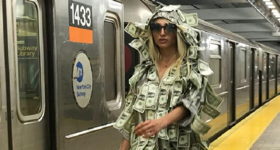 Modelo Playboy Victoria Xipolitakis salió a la calle cubierta en dólares