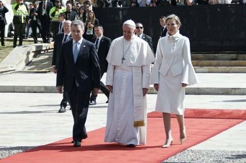 Vestido blanco de tutina con el papa