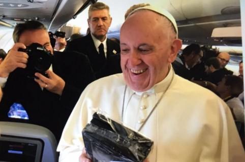 Papa recibe regalo de periodista en avión.