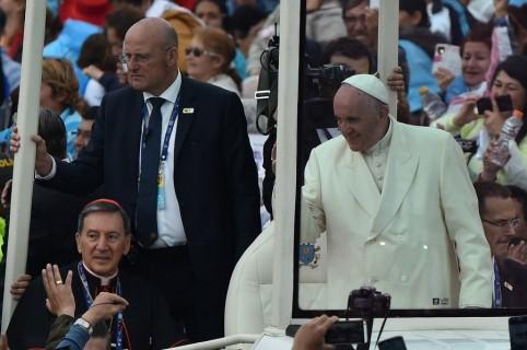 Domenico Giani en el papamóvil con el papa Francisco