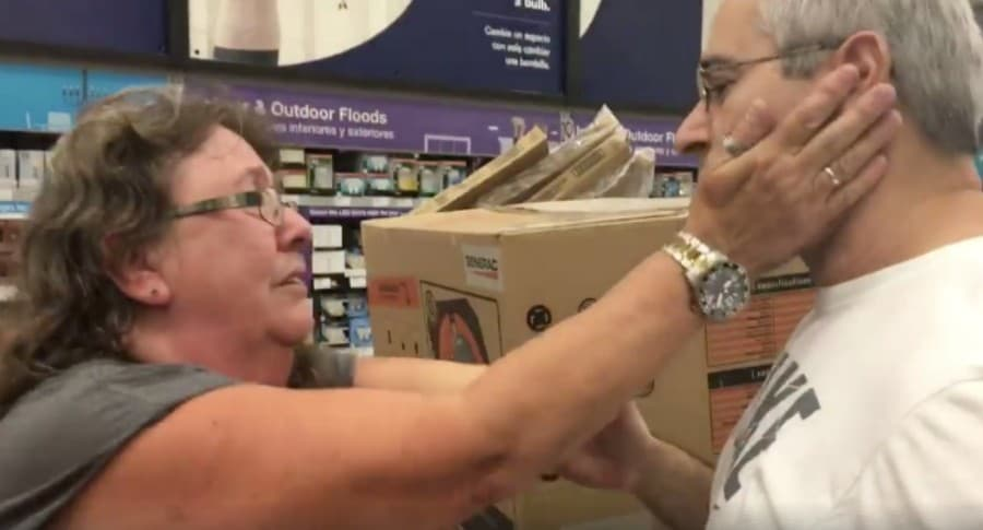 Mujer y hombre que le cedió generador eléctrico que iba a comprar, previo a llegada del huracán Irma. Pulzo.