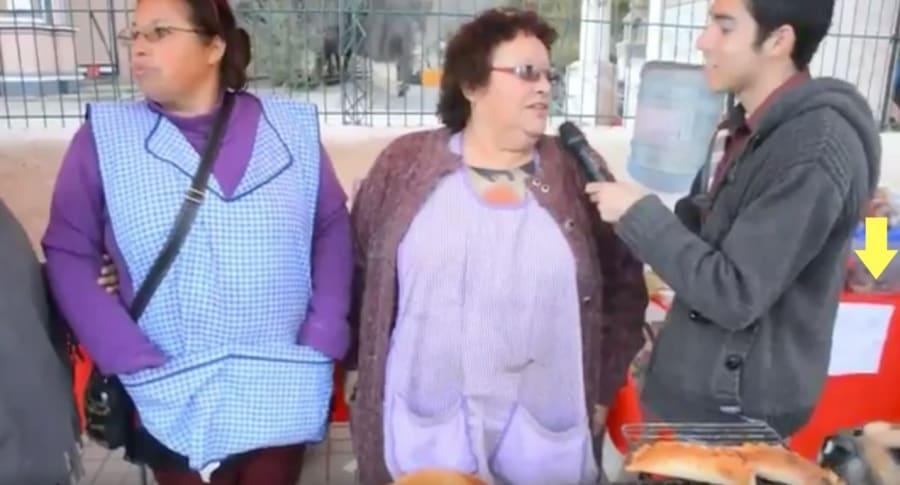 Momento en que perro se roba una empanada, en Andacollo, Chile. Pulzo.