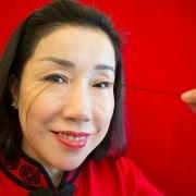 Mujer con las pestañas más largas del mundo.