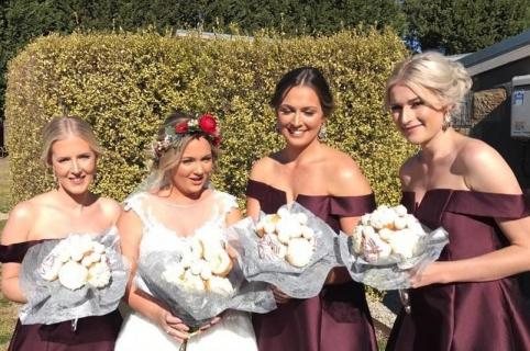 Novia y sus damas de honor con ramos de donas. Pulzo.
