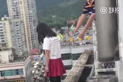 Director de un colegio evita que una estudiante se suicide. Pulzo.