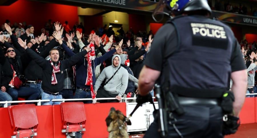 Pelea de hinchas en Emirates Stadium