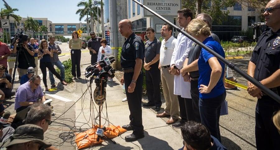Autoridades dan declaraciones a las afueras del albergue
