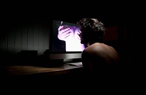 Hombre ve porno frente a computador