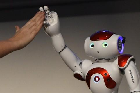 Robot y mano humana