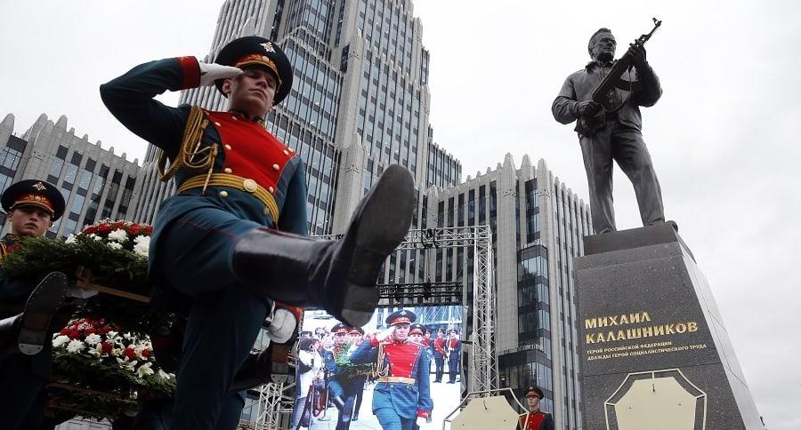 Estatua del ingeniero Mijail Kalashnikov