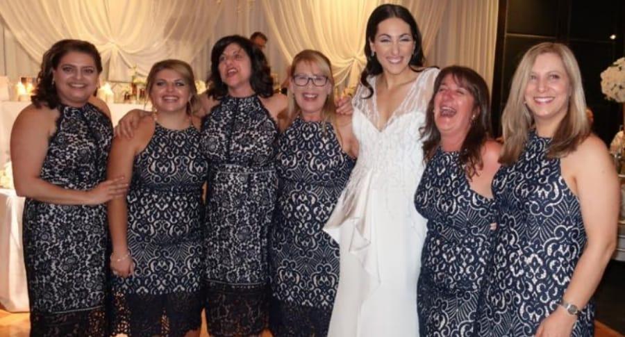 Mujeres con el mismo vestido en una boda.