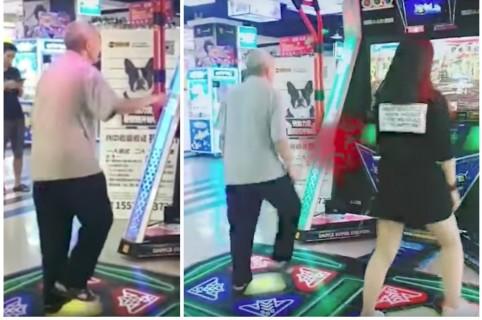 Anciano bailando en centro comercial de China. Pulzo.