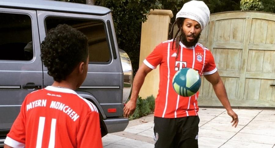 Nieto de Bob Marley con la camiseta de James
