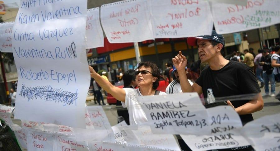 Personas buscan a familiares en México.
