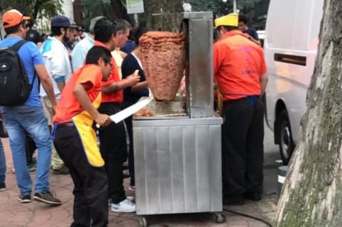 Hombres regalando tacos en Ciudad de México, tras el terremoto. Pulzo.
