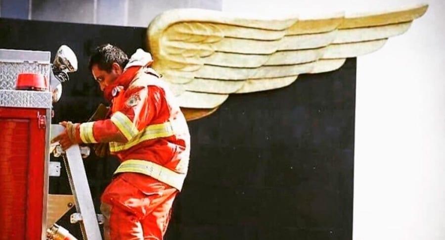Foto de bombero con alas. Pulzo.