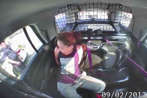 Mujer detenida que se fugó en una patrulla. Pulzo.