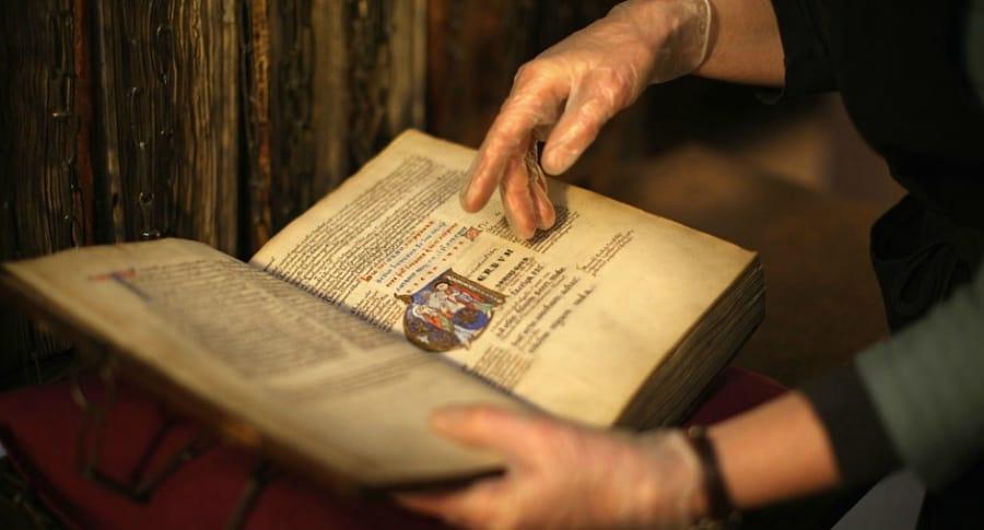 Libro antiguo en biblioteca.