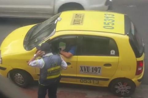 Taxista y agente de tránsito