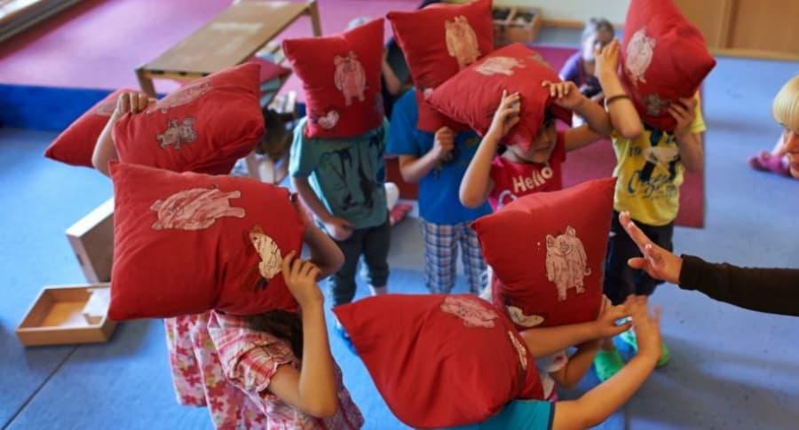 Niños cantan música popular en jardín infantil