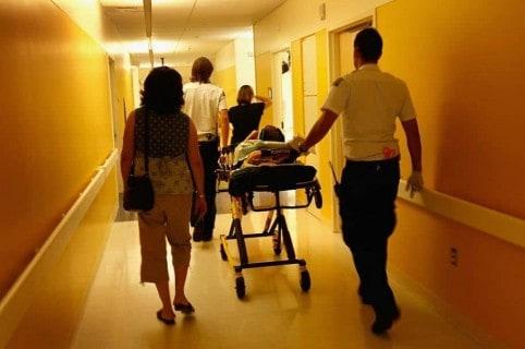 Paciente en camilla.