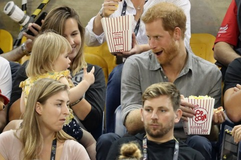 Hayley y Emily Henson, y el príncipe Harry. Pulzo.