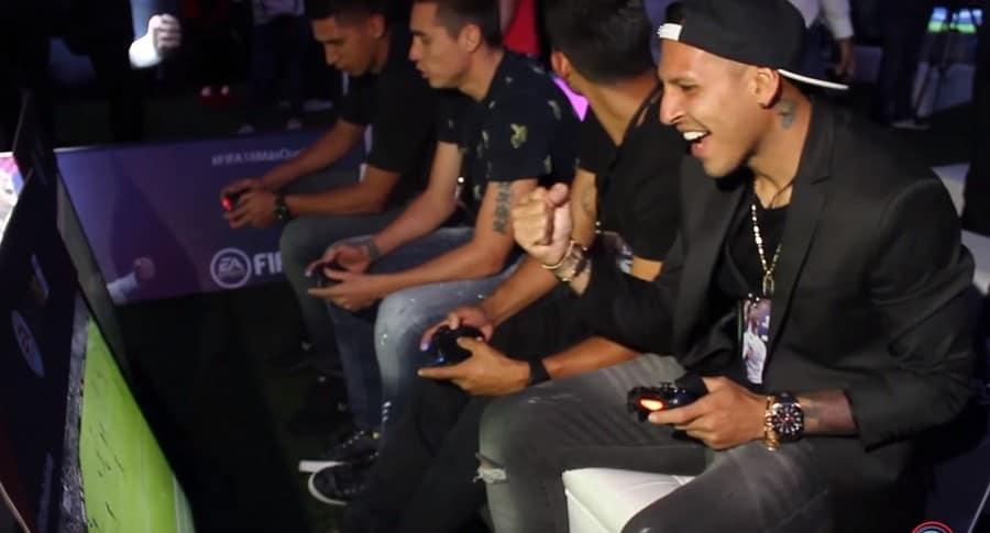Jugadores de Millonarios jugando FIFA 18