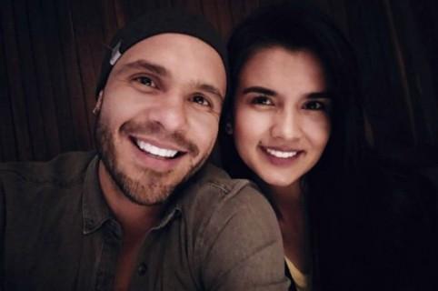 Juan Manuel, cantante de Mojito Lite y su novia.