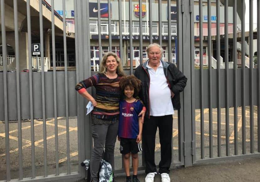 Familia australiana fuera del Camp Nou