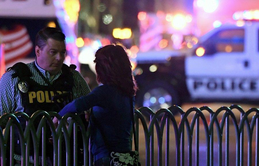 Policía habla con civil