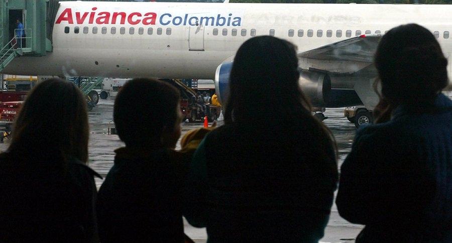 Personas observan avión de Avianca