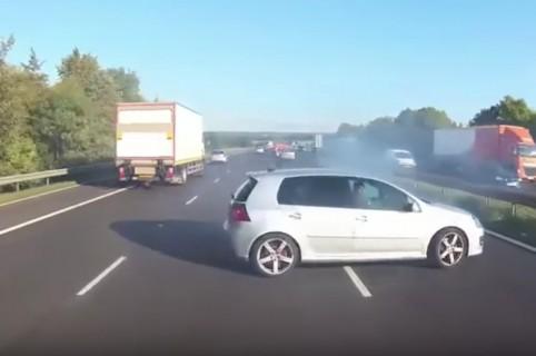Conductor pierde control de carro.