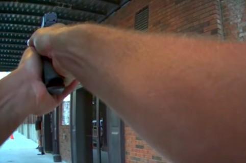 Policía amenaza con su arma a un actor disfrazado de ladrón. Pulzo.