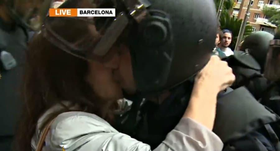 Beso de manifestante a oficial antidisturbios en Barcelona.