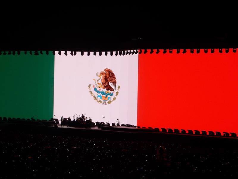 Bandera mexicana en concierto de U2 en Ciudad de México. Pulzo.
