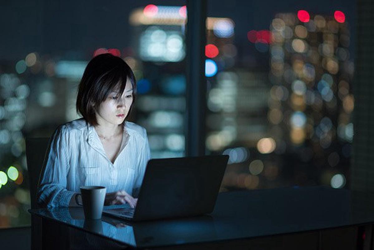 Mujer trabaja de noche