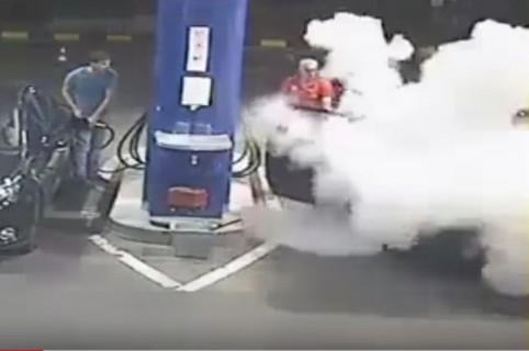 Empleado de gasolinera le rocía extintor a conductor que fumaba. Pulzo.